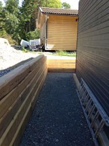stödmur bakom carport