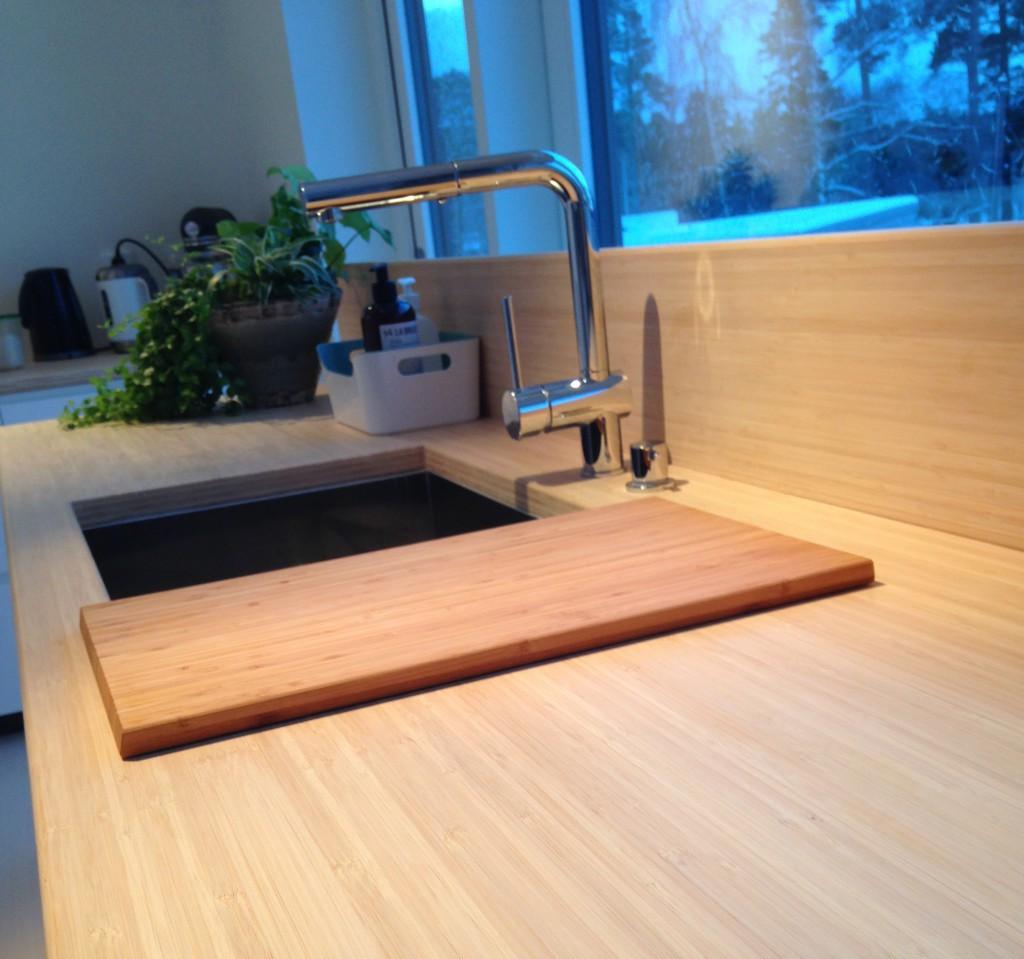 Bambu diskbänk och IKEA bambuskärbräda